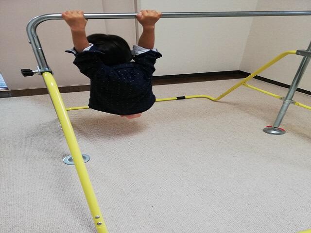 2歳の息子が鉄棒遊び