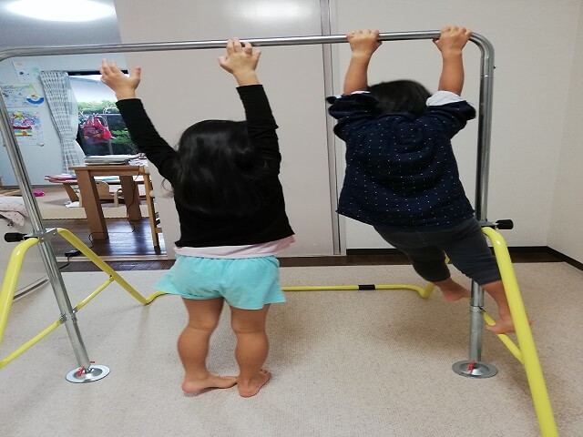 子ども二人の鉄棒遊び