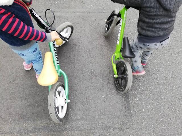 ストライダーで遊ぶ3歳の息子