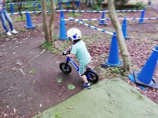 ヘルメットを被ってストライダーを楽しむ息子