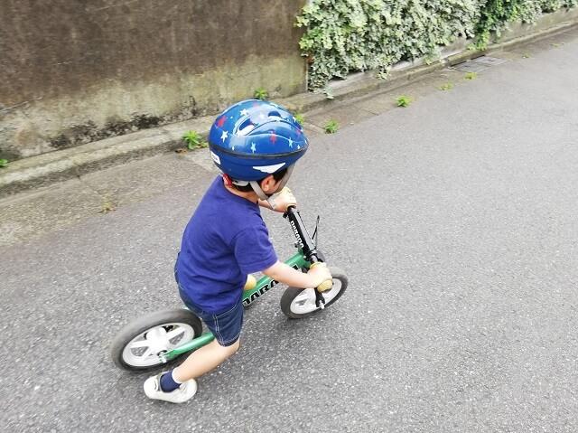 ヘルメットをかぶる3歳の息子