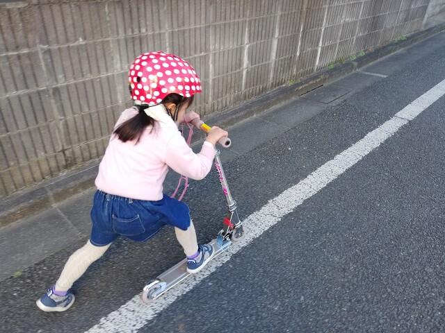 キックボードに乗る娘