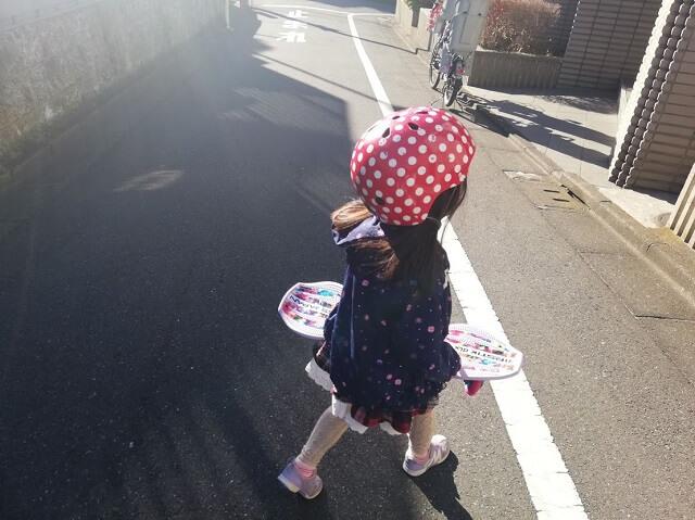 ヘルメットを被っている娘