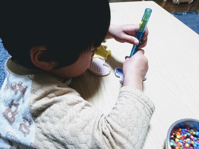ペンを使っている3歳の息子