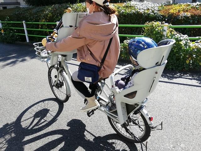 自転車に乗るママ