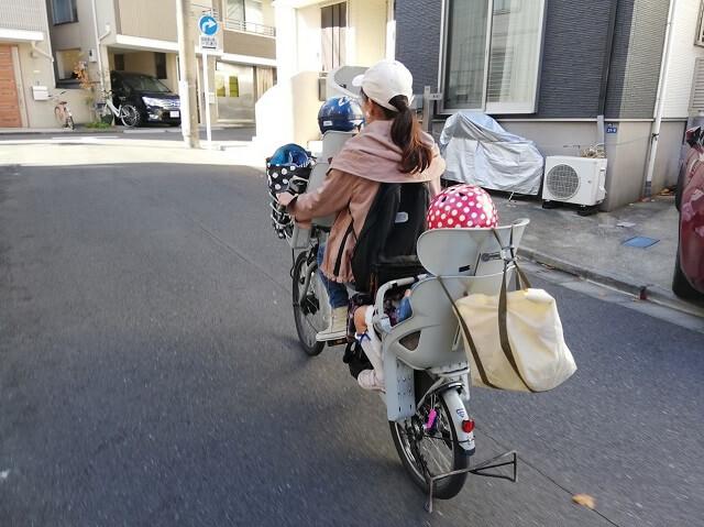 電動自転車に乗るママ