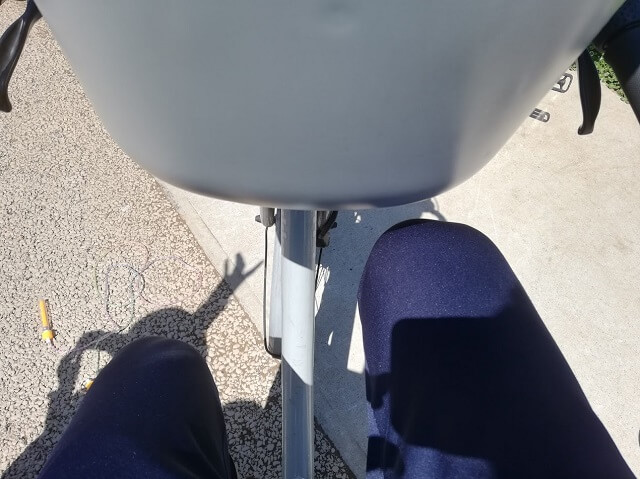 チャイルドシートが膝に当たる