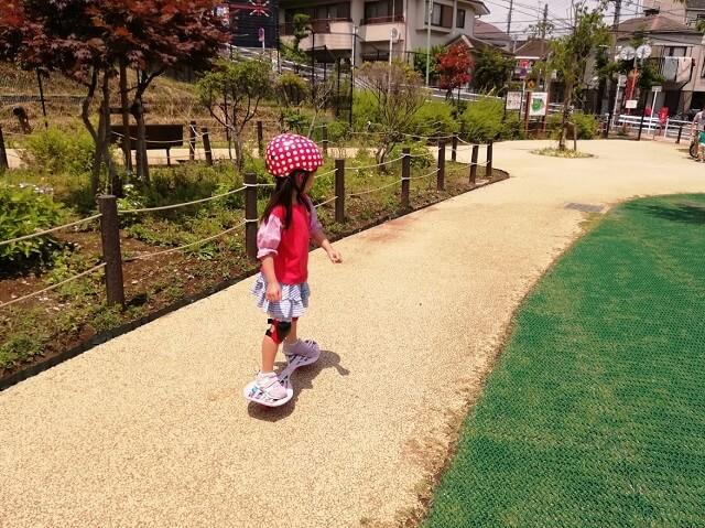 ブレイブボードを乗りこなす5歳の娘