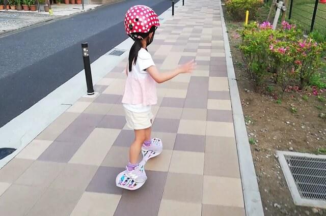 ブレイブボードで遊ぶ5歳の娘