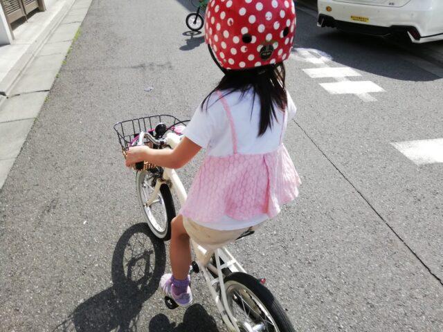 自転車に乗る娘