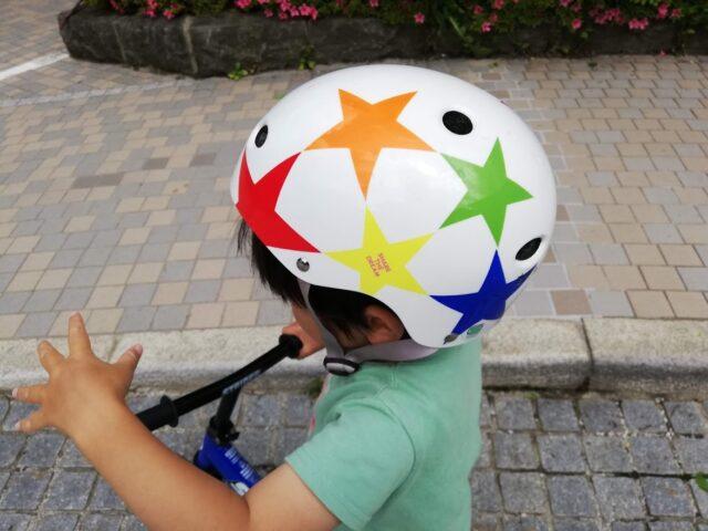 お気に入りのヘルメットをかぶる息子