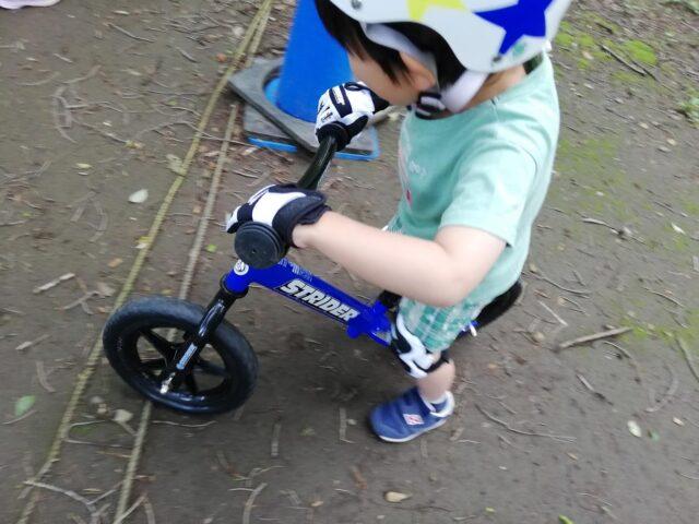 ストライダーに乗る息子