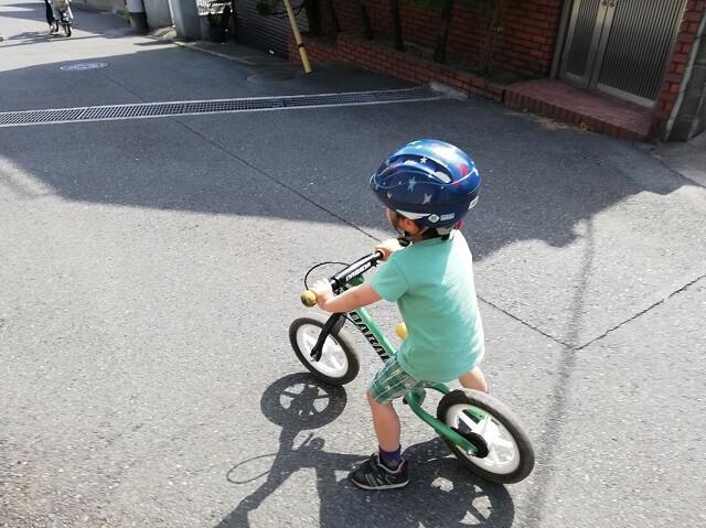 ダバダに乗る3歳の息子