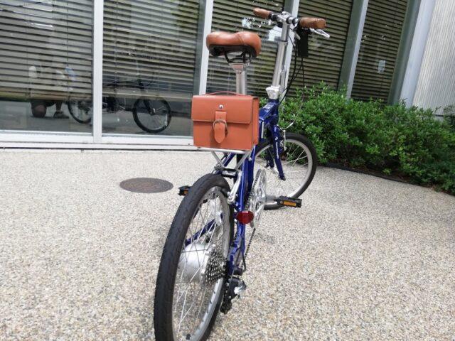 後ろから見たデイトナ電動自転車「DE01」